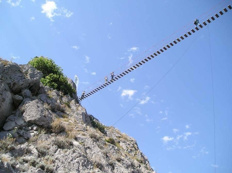Самый длинный подвесной мост в Крыму под Ялтой продолжает работу в штатном режиме, фото-1