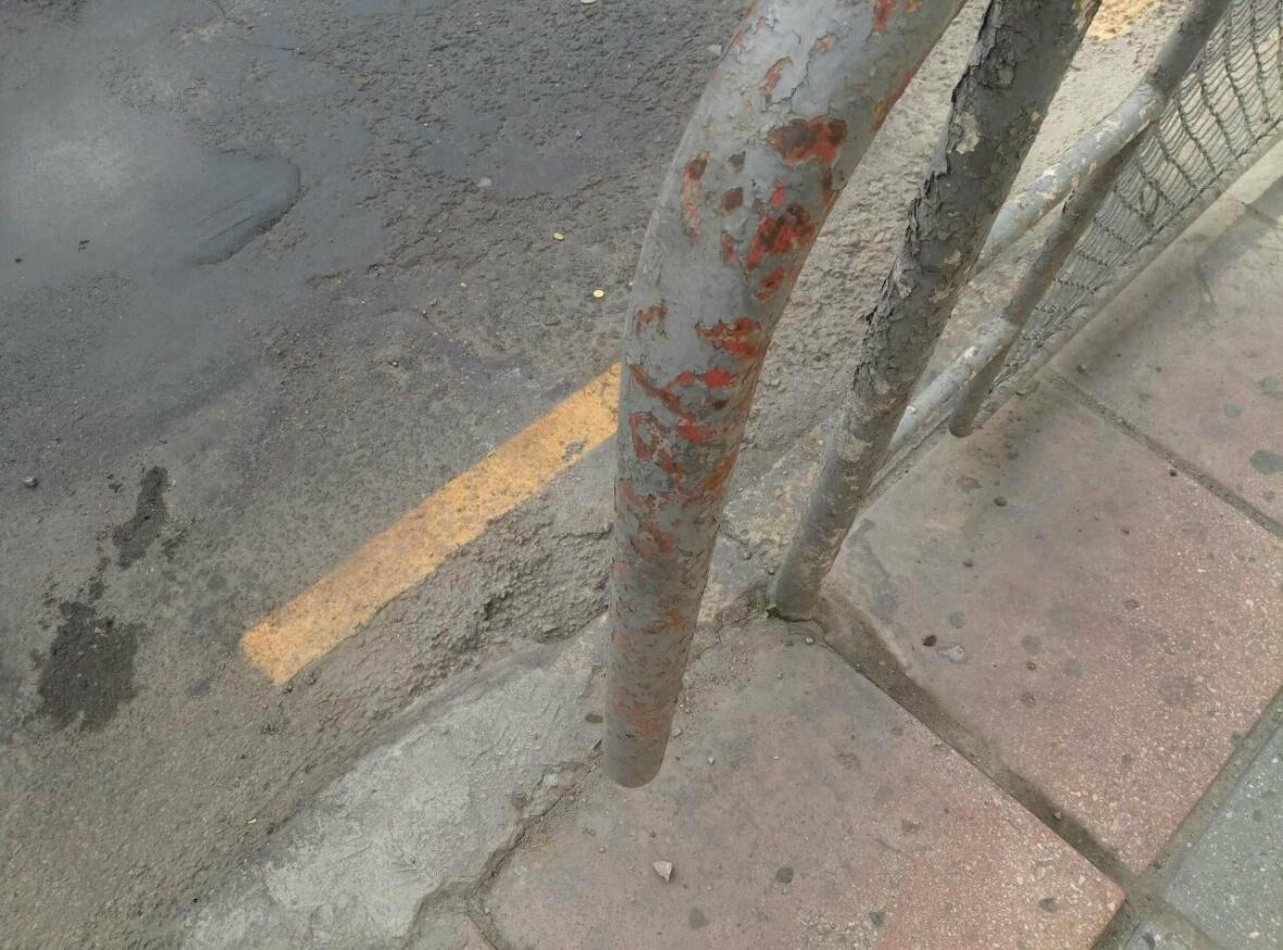 Соцсети: в центре Ялты заборы официально красят поверх ржавчины и старой краски, фото-2