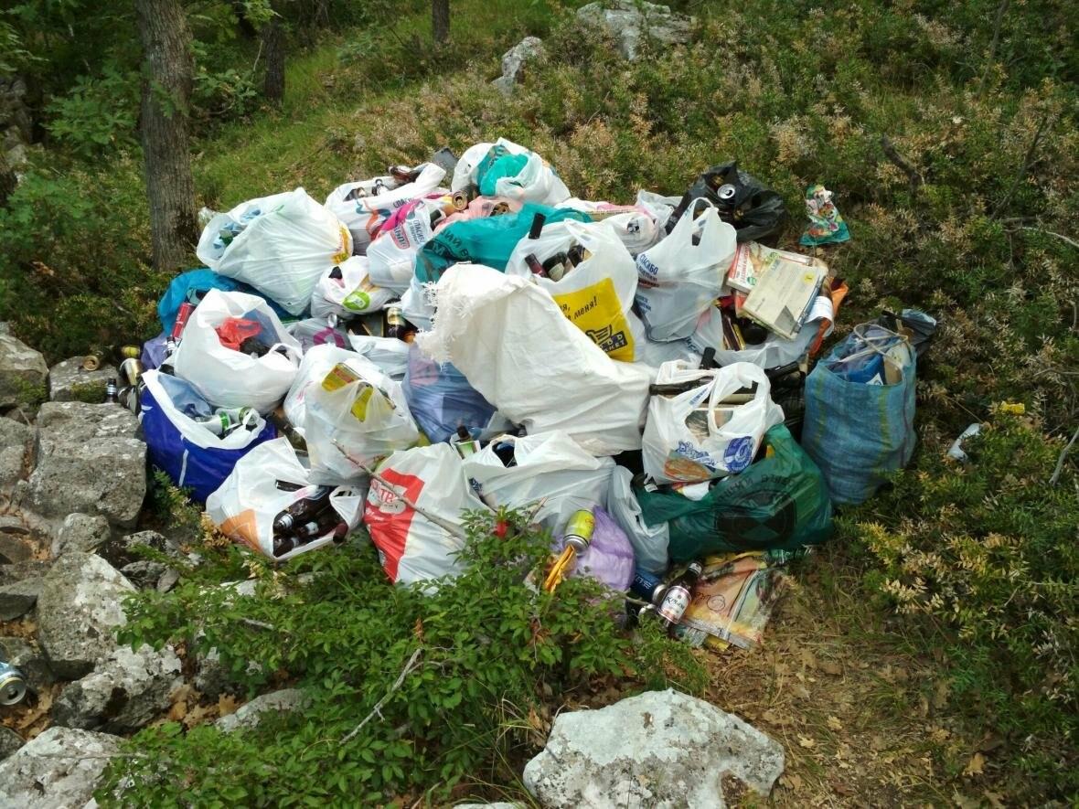 Фотофакт: Солнечная тропа в Ялте снова завалена мусором, фото-2