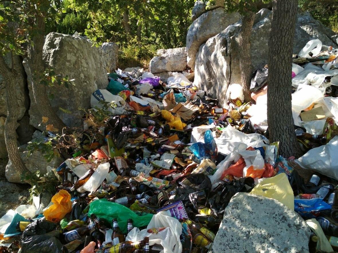 Фотофакт: Солнечная тропа в Ялте снова завалена мусором, фото-4