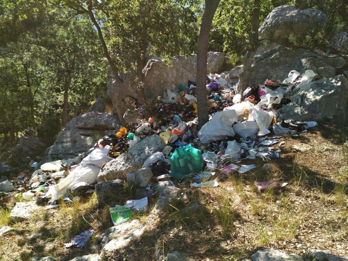 Фотофакт: Солнечная тропа в Ялте снова завалена мусором, фото-5