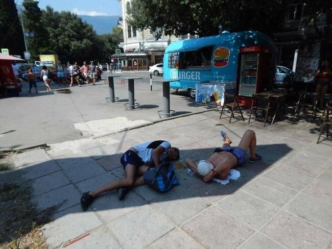 В Ялте пьяные спят днем прямо на тротуарах, лавочках и везде, где хотят , фото-1