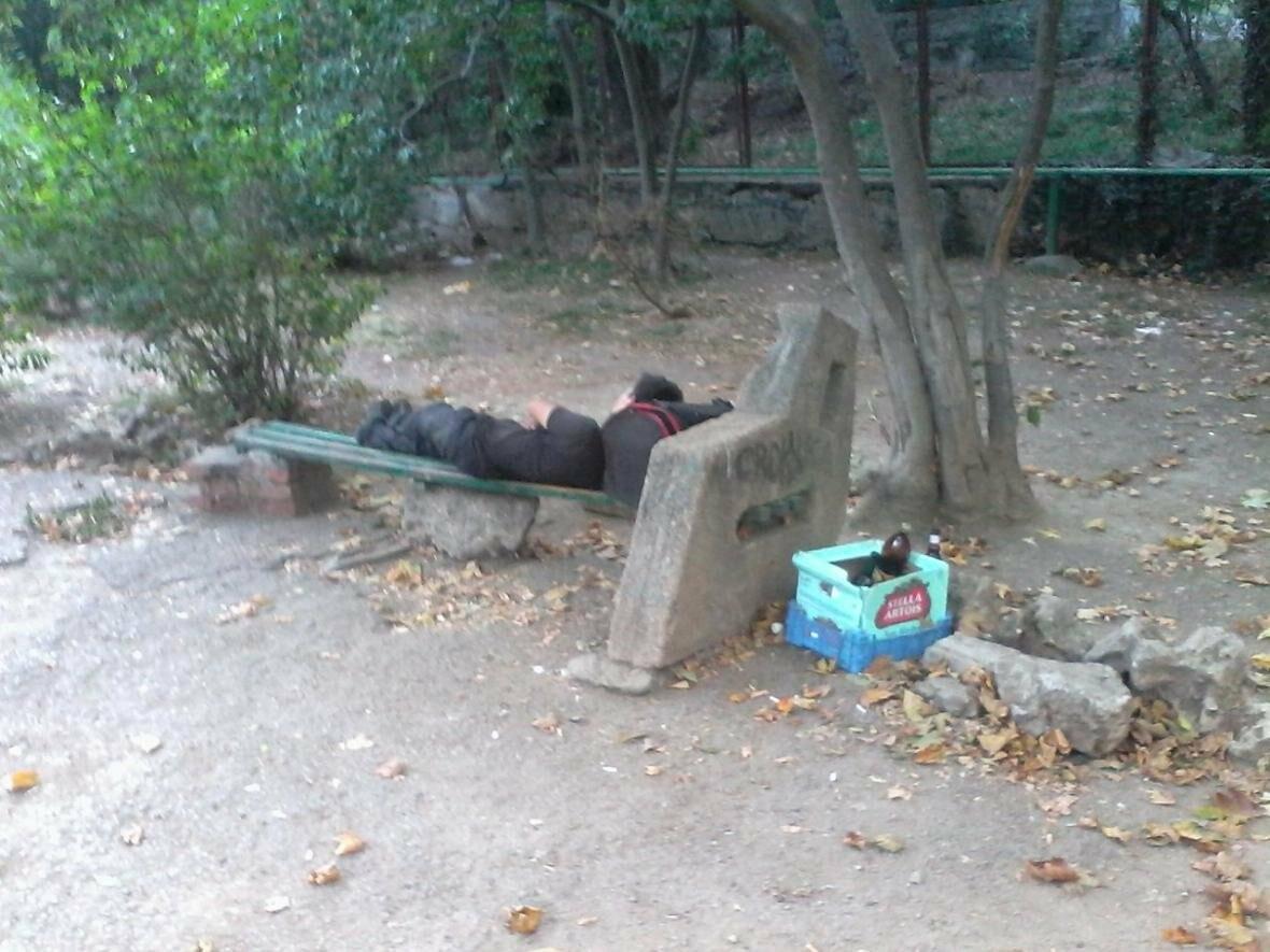 В Ялте пьяные спят днем прямо на тротуарах, лавочках и везде, где хотят , фото-3