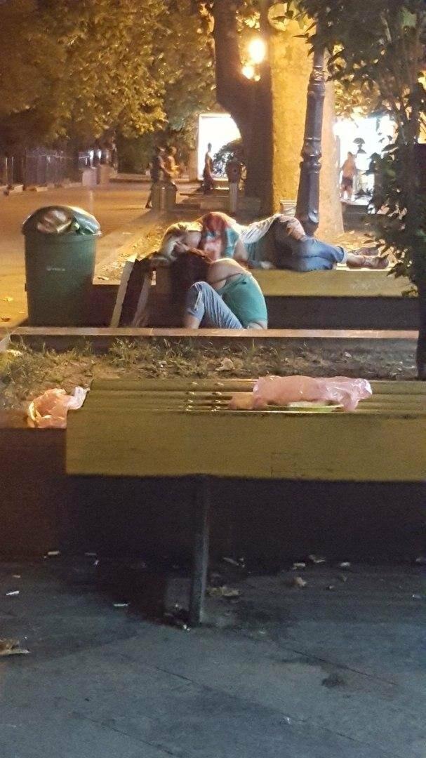 В Ялте пьяные спят днем прямо на тротуарах, лавочках и везде, где хотят , фото-2