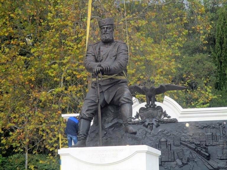 В парке Ливадийского дворца установили памятник Александру III, фото-1