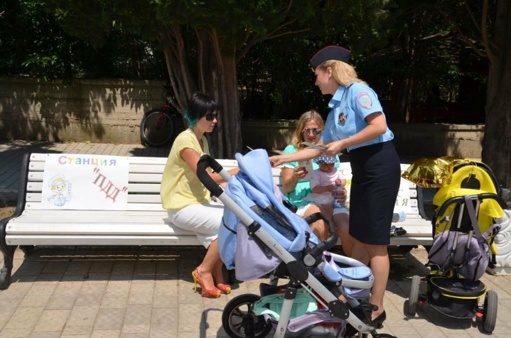 Сотрудники ялтинской полиции поздравили детей игровой программой «Вместе в безопасное лето», фото-2