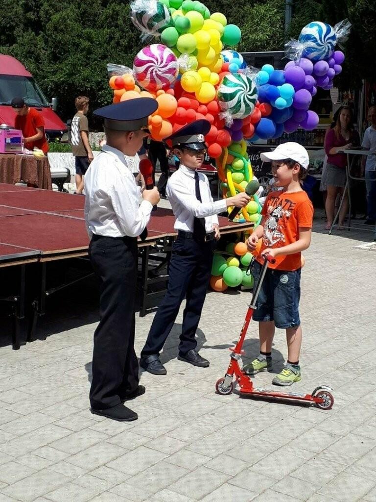 Сотрудники ялтинской полиции поздравили детей игровой программой «Вместе в безопасное лето», фото-4