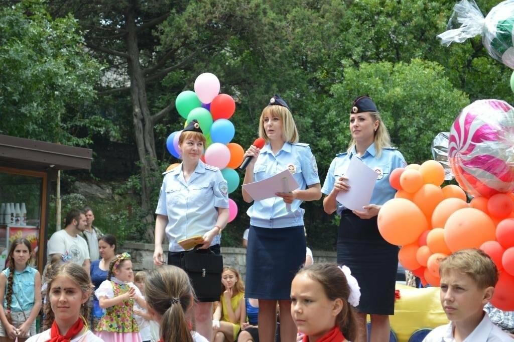 Сотрудники ялтинской полиции поздравили детей игровой программой «Вместе в безопасное лето», фото-3
