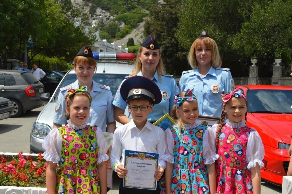 Сотрудники ялтинской полиции поздравили детей игровой программой «Вместе в безопасное лето», фото-1
