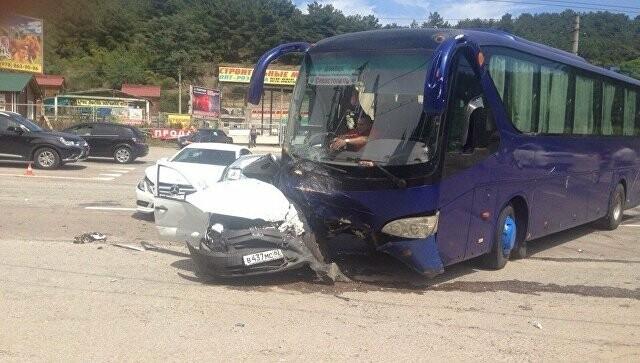 """В Ялте грузовик """"повис"""" на знаке и разбилась иномарка, фото-2"""