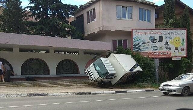 """В Ялте грузовик """"повис"""" на знаке и разбилась иномарка, фото-1"""