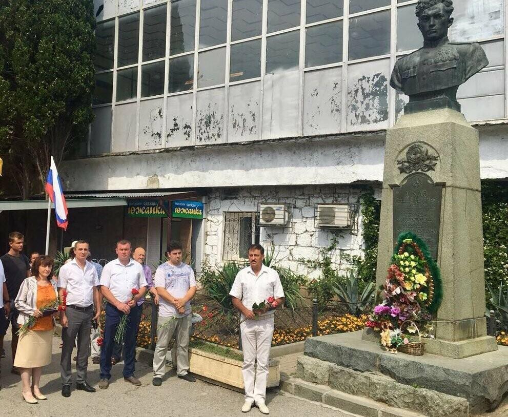 В Алупке в День памяти и скорби возложили цветы к бюсту Амет-Хана Султана, фото-1