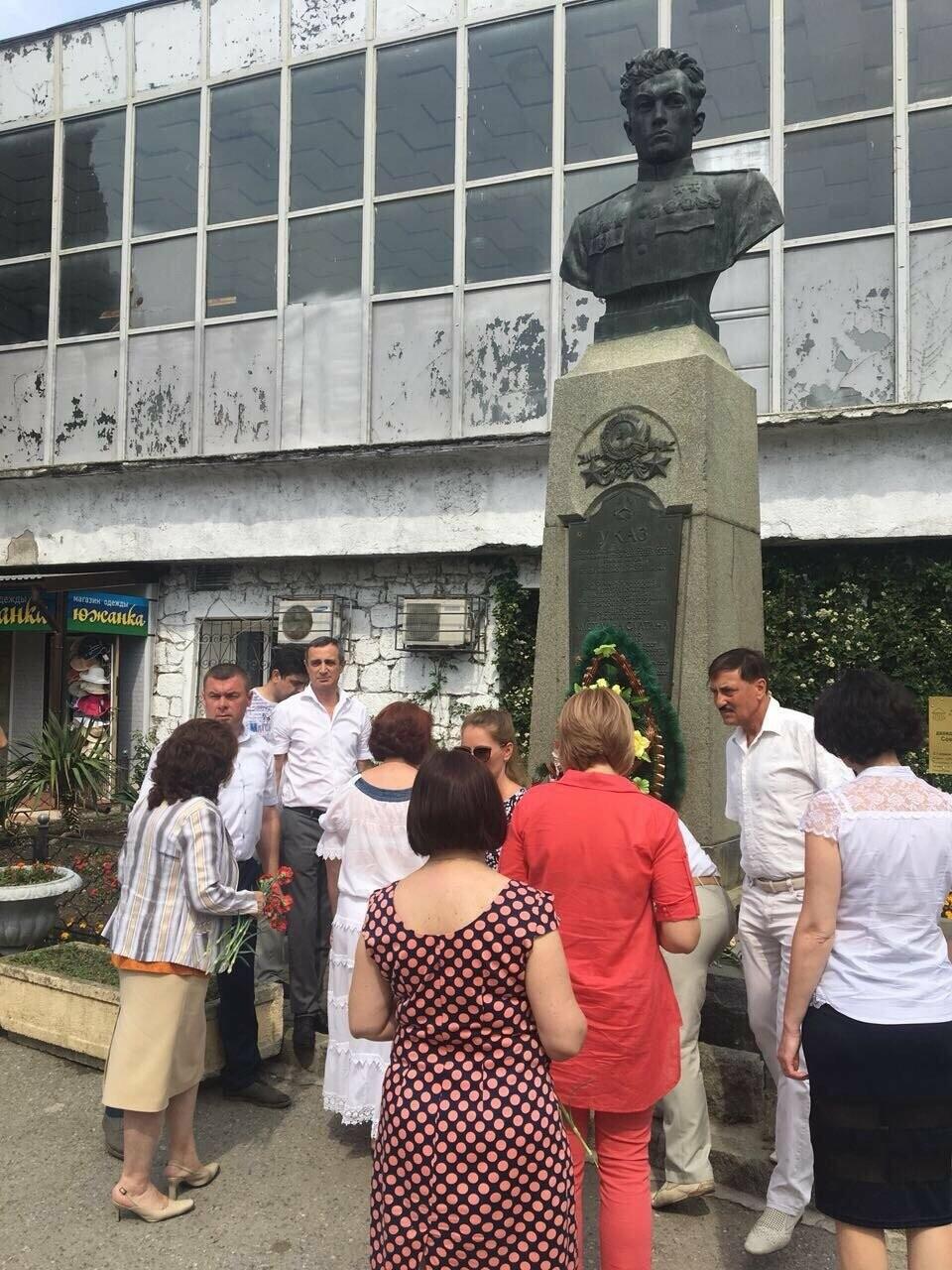 В Алупке в День памяти и скорби возложили цветы к бюсту Амет-Хана Султана, фото-3