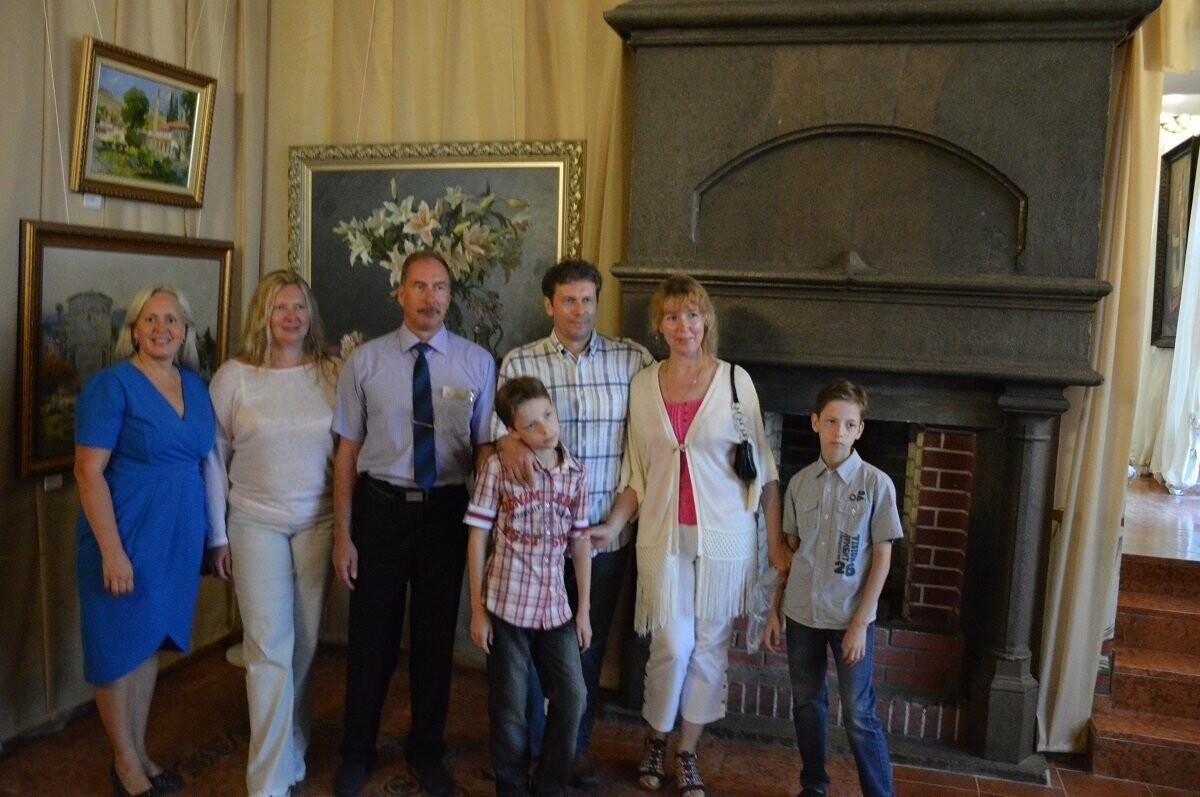 Во дворце-замке «Ласточкино гнездо» открылась выставка картин «Живая история», фото-1