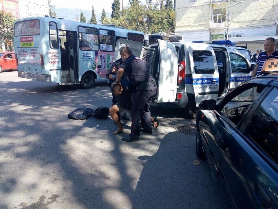 Фото дня от 3654: в Ялте полицейские «скрутили» агрессивного мужчину, фото-1