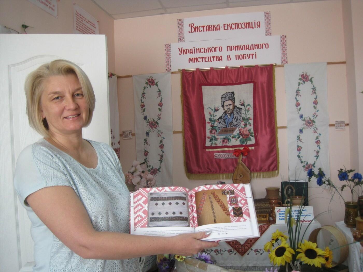 Ялтинской библиотеке подарили альбом вышивок и узоров Веры Роик «Песни, вышитые нитками», фото-1
