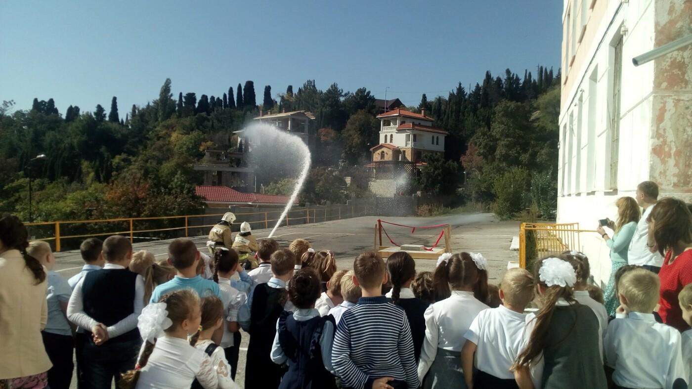 В Алупкинской школе проведены показательные учения по тушению условного пожара, фото-4