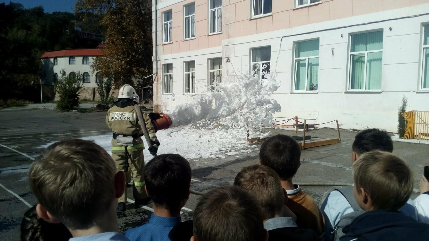 В Алупкинской школе проведены показательные учения по тушению условного пожара, фото-3