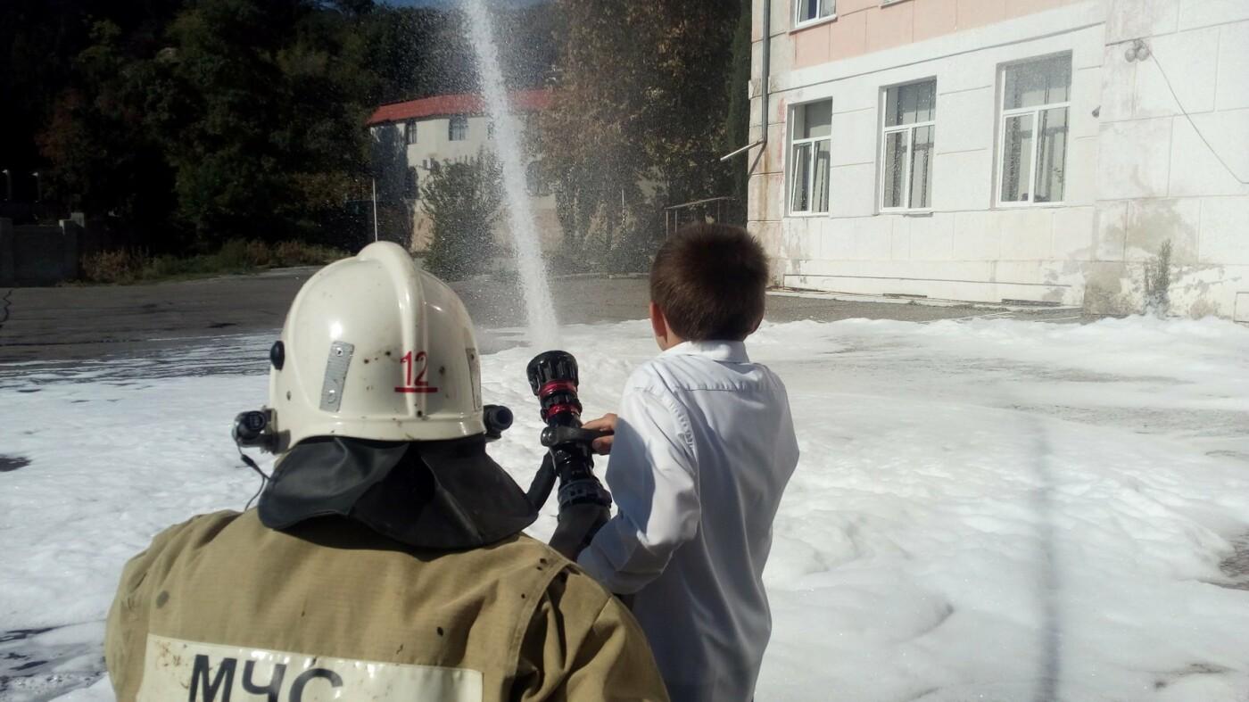 В Алупкинской школе проведены показательные учения по тушению условного пожара, фото-1