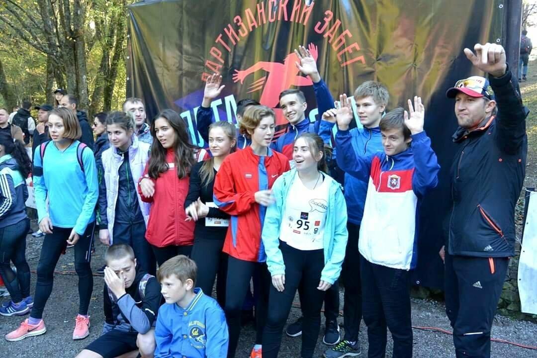 Ялтинские легкоатлеты заполнили весь пьедестал почета в беге на 1 км в Партизанском забеге, фото-1