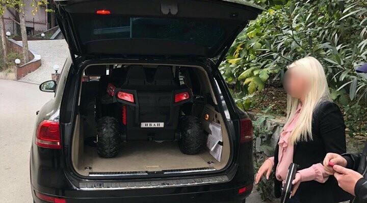 Дикая история: в Ялте четыре человека присвоили детский электромобиль, фото-1