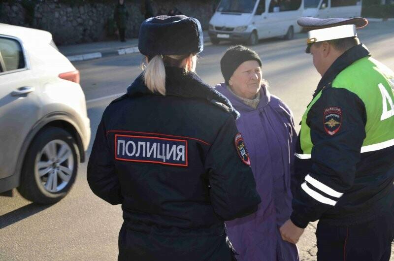 В Ялте сотрудники ГИБДД провели профилактические беседы с пешеходами, фото-1
