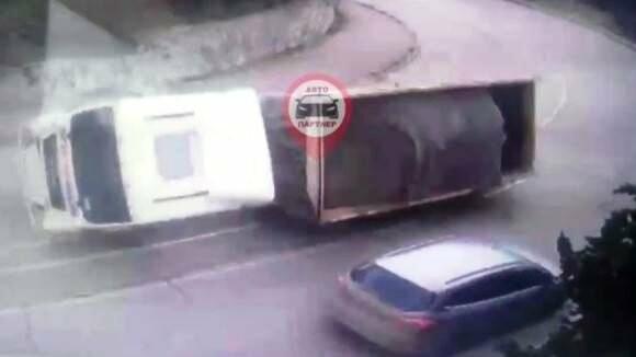 """ДТП в Ялте: перед легковым авто на """"встречке"""" перевернулся грузовик с щебнем, фото-1"""