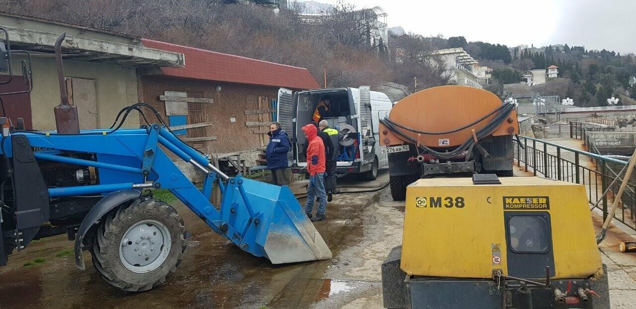 В Алупке завершили прочистку ливнего стока на набережной , фото-1