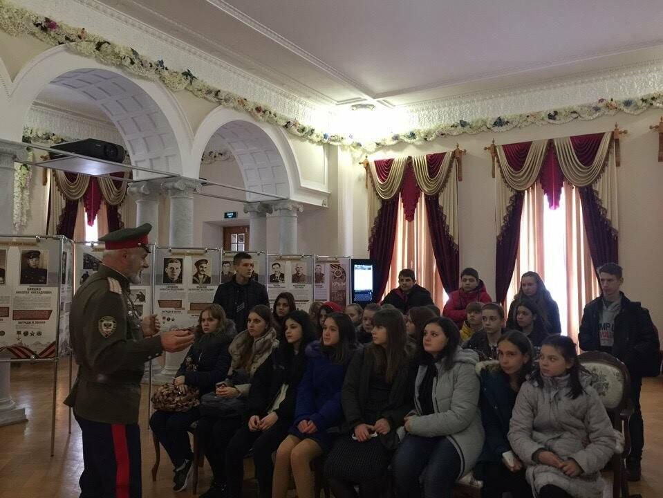 В Ялте школьники посетили выставку «Крымчане - герои Победы», фото-1