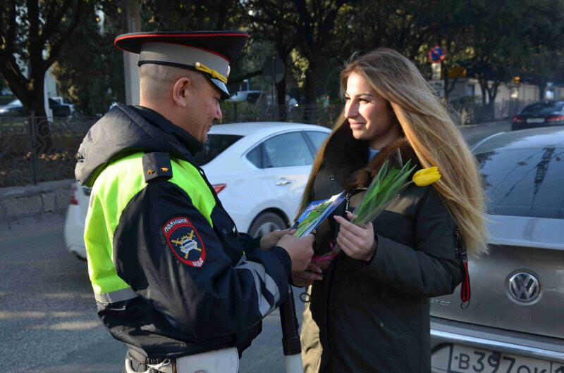 Сотрудники полиции Ялты поздравили женщин с 8 марта, фото-1