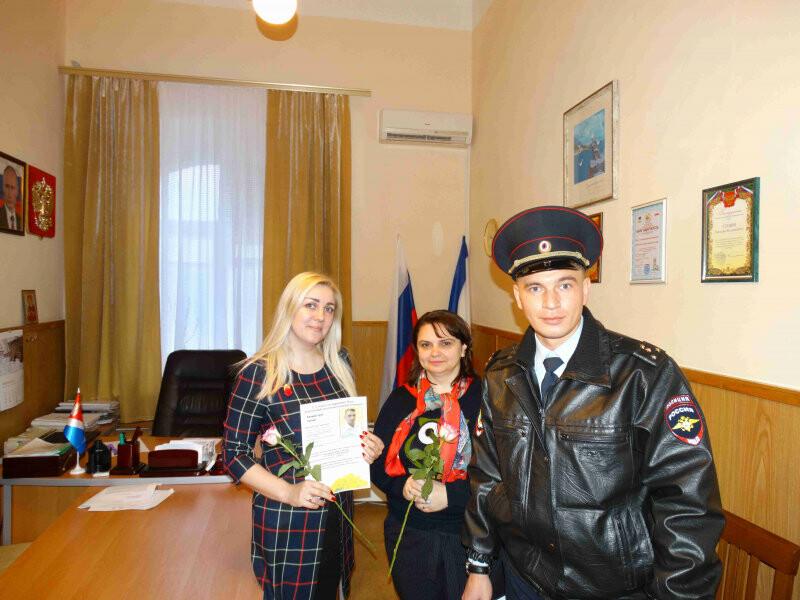 Сотрудники полиции Ялты поздравили женщин с 8 марта, фото-2