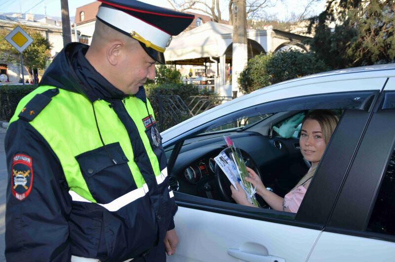 Сотрудники полиции Ялты поздравили женщин с 8 марта, фото-4