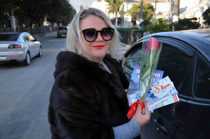 Сотрудники полиции Ялты поздравили женщин с 8 марта, фото-5