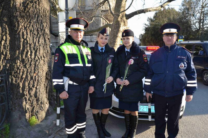 Сотрудники полиции Ялты поздравили женщин с 8 марта, фото-3
