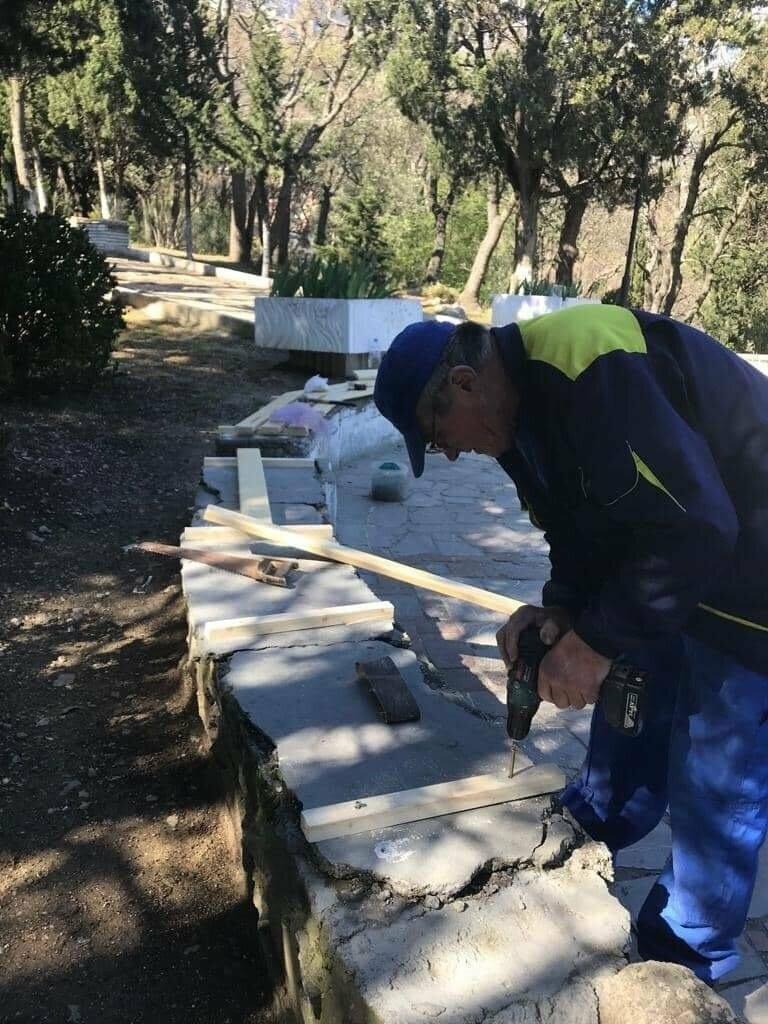 В парке Алупки восстановили скамейки, фото-1