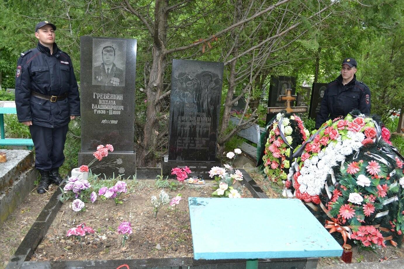 Военнослужащие провели Вахту Памяти на могилах героев, фото-1
