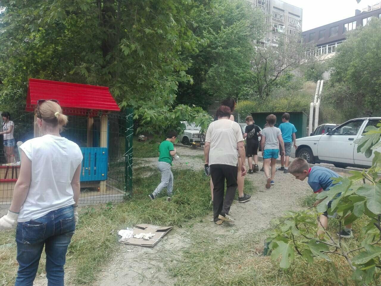Жители Ялты вышли на субботник вместе с детьми, фото-4