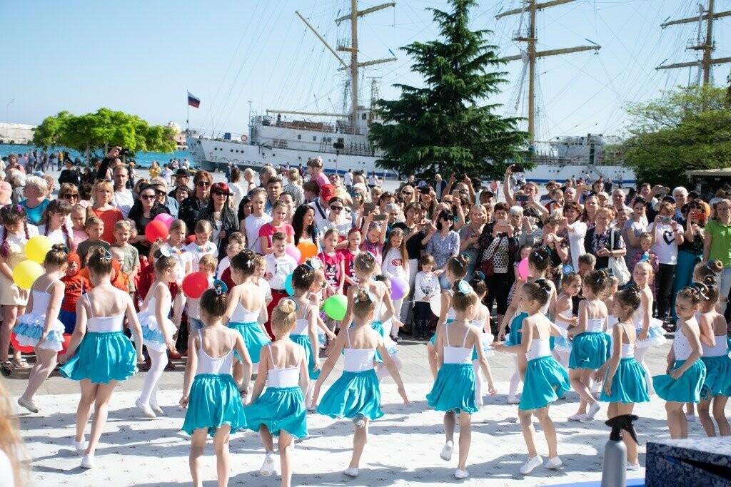 В Ялте весело и ярко прошагал Всекрымский парад близнецов «Двойное счастье», фото-2