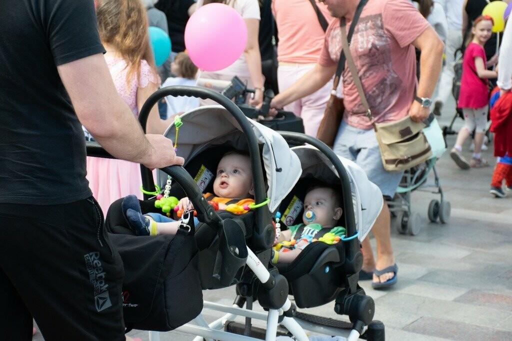 В Ялте весело и ярко прошагал Всекрымский парад близнецов «Двойное счастье», фото-1