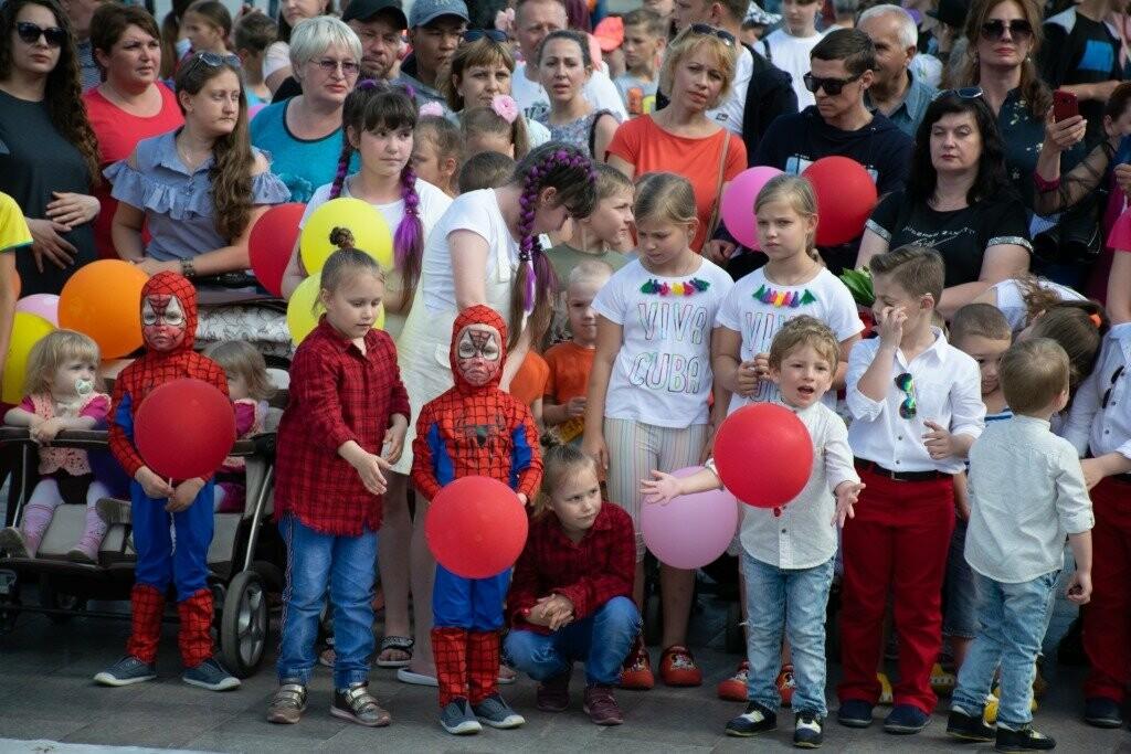 В Ялте весело и ярко прошагал Всекрымский парад близнецов «Двойное счастье», фото-3