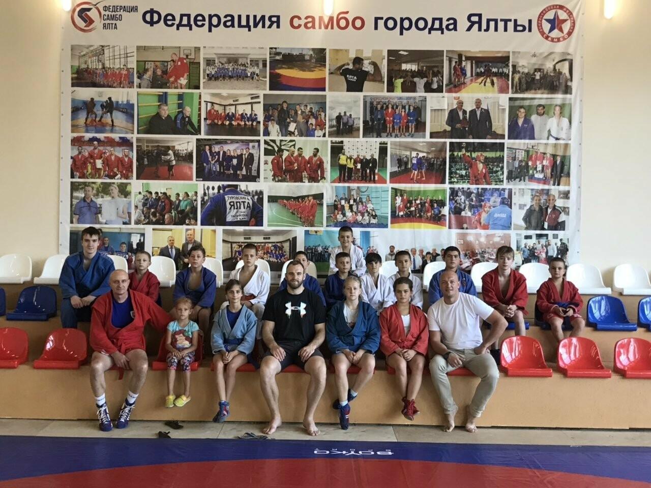 Тренировку юных самбистов Ялты посетил чемпион мира и Европы Денис Гольцов , фото-2