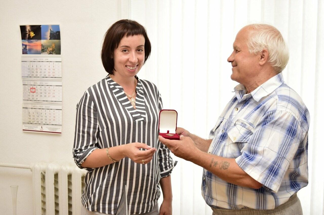 Житель Ялты передал в городской музей жетон в память 100-летия со дня рождения Пушкина, фото-1