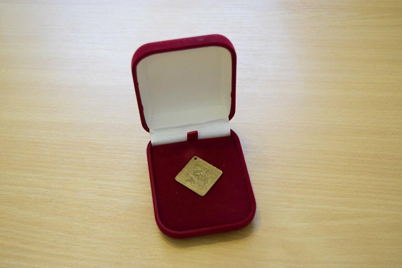 Житель Ялты передал в городской музей жетон в память 100-летия со дня рождения Пушкина, фото-3