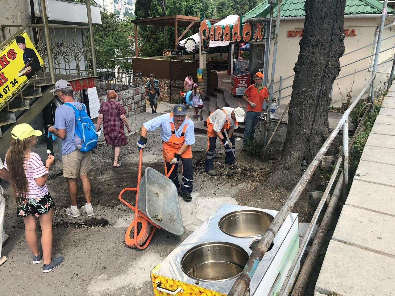 В Ялте заасфальтировали «забытый» участок пешеходной дороги у сквера «Комсомолец», фото-1