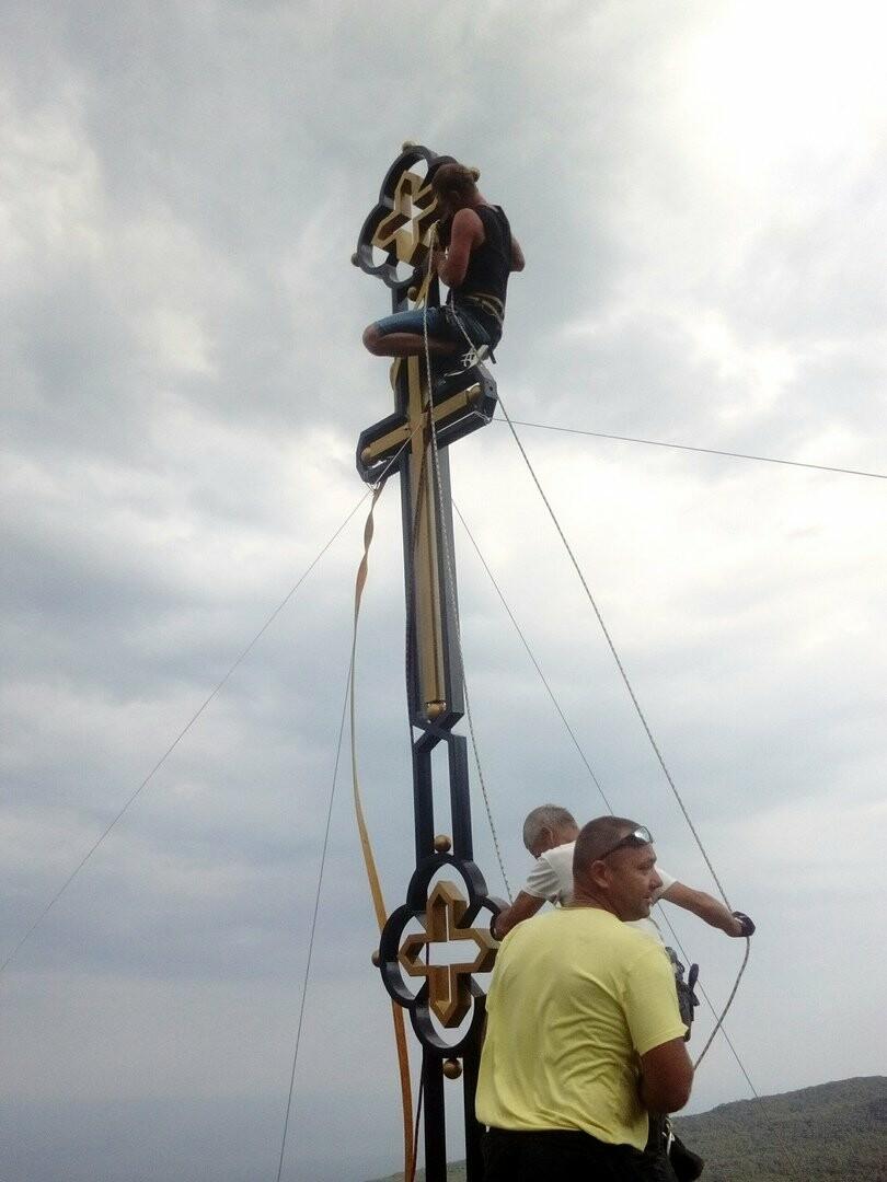 На пике скалы Ставри-Кая в Ялте снова появился крест, фото-4