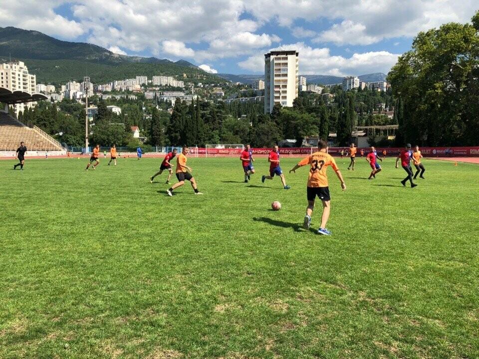 В Ялте представители власти сыграли в футбол с молодежью, фото-1