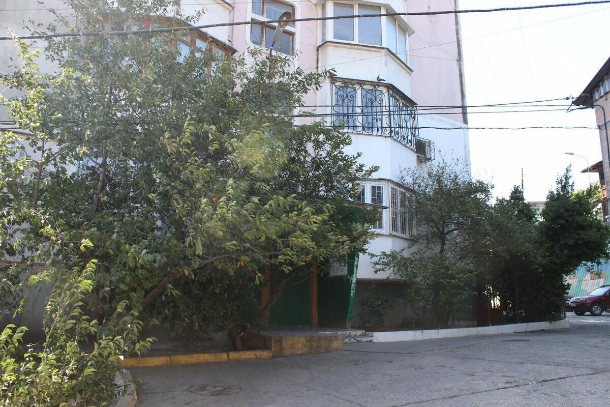 В Ялте на фасадах домов на ул. Макаренко, 8 появились новые таблички, фото-3