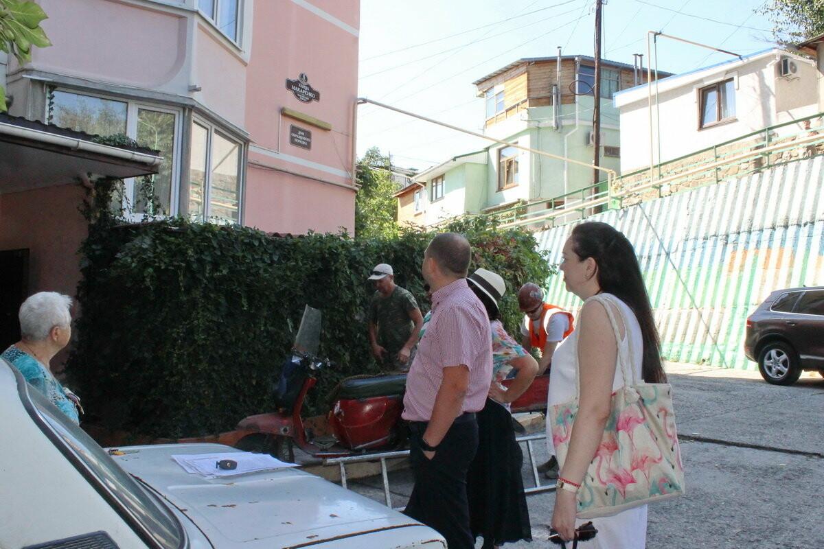 В Ялте на фасадах домов на ул. Макаренко, 8 появились новые таблички, фото-4