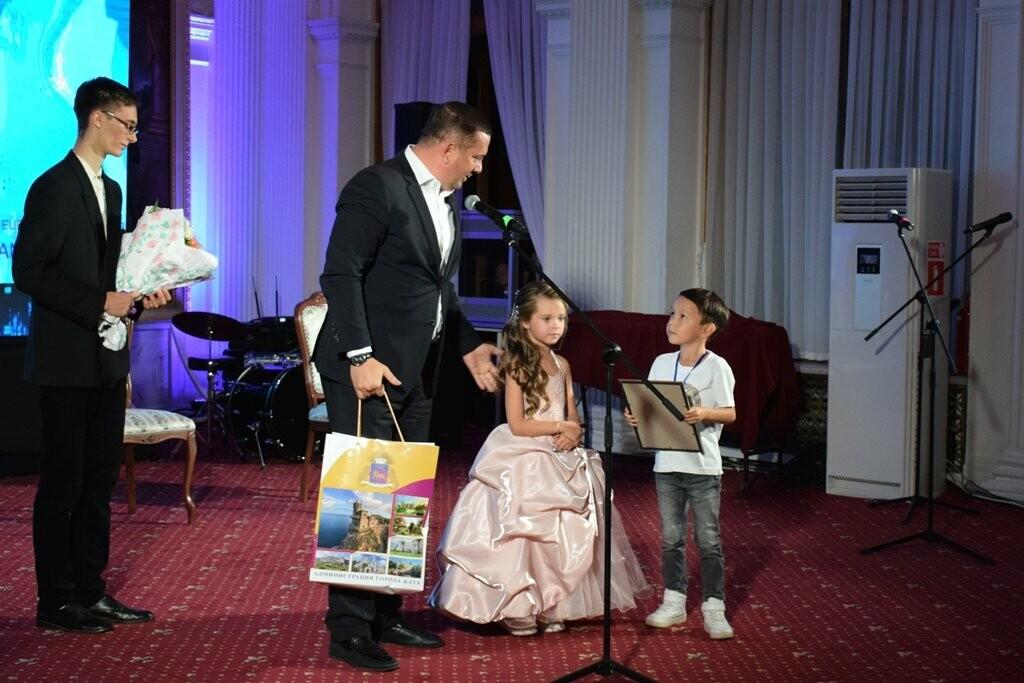 Глава администрации Ялты вручил приз зрительских симпатий на фестивале «Евразийский мост», фото-2