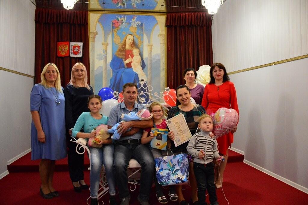 В Ялте многодетную семью поздравили с рождением пятого ребенка, фото-1